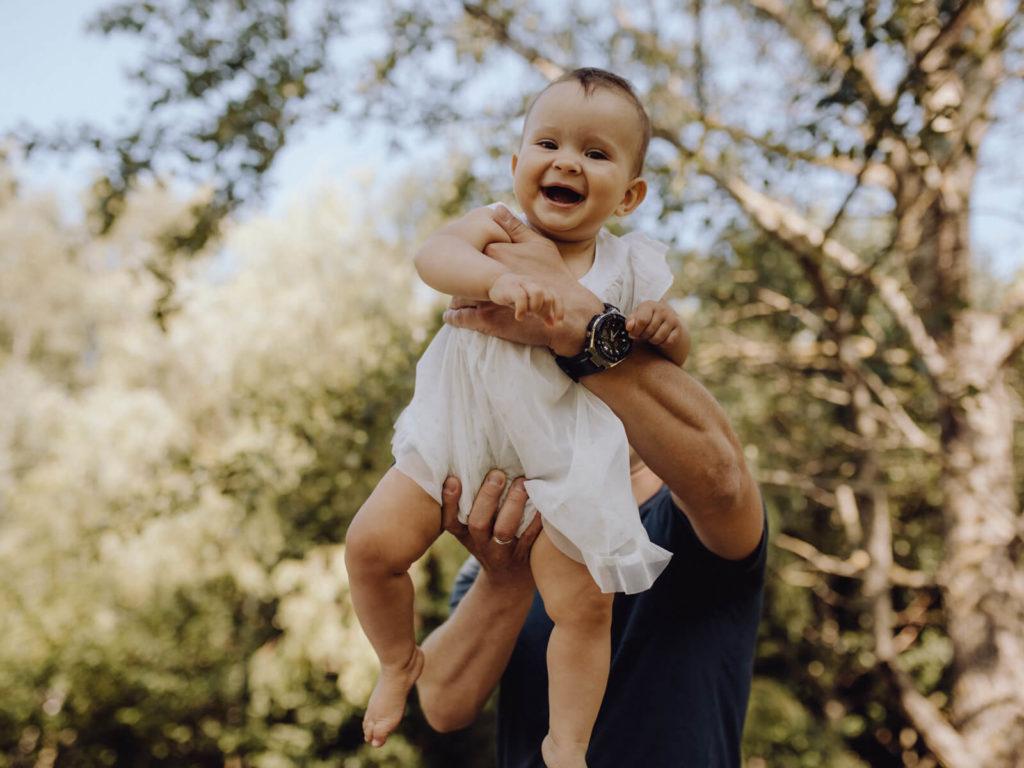dziecko w ramionach taty sesja rodzinna guzikfotografuje