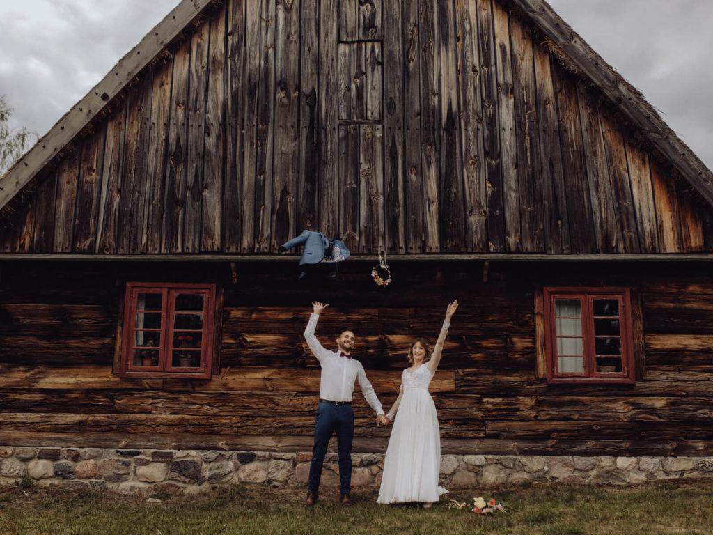 para młoda przed drewnianym domem portfolio guzikfotografuje