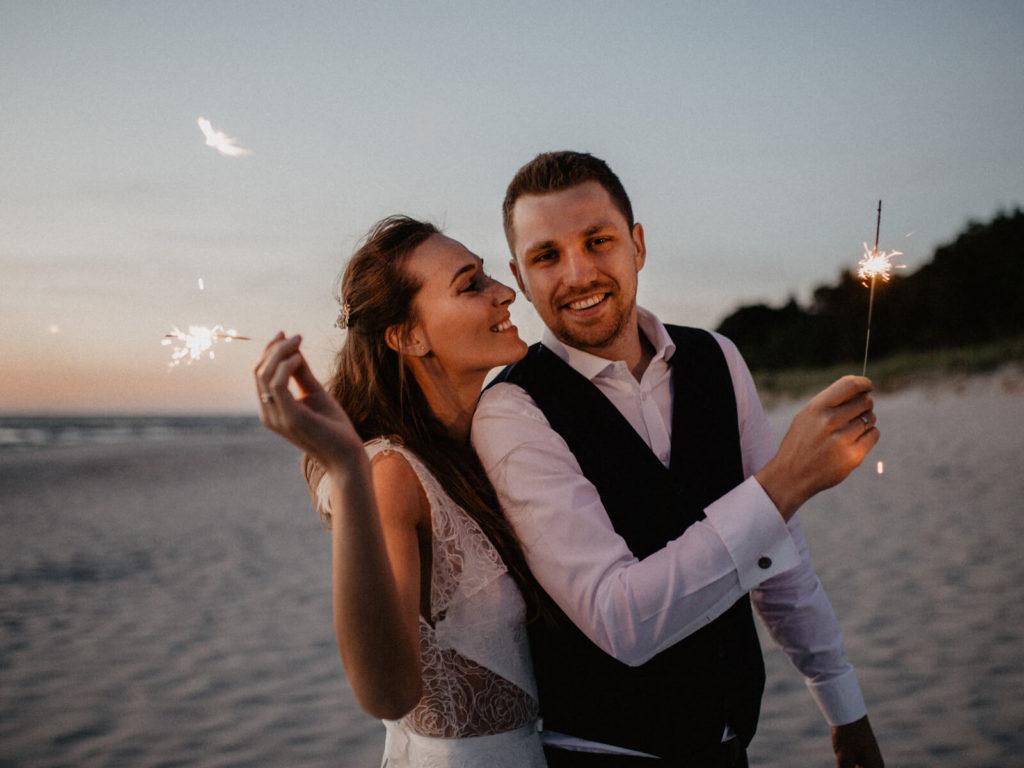 sesja ślubna pary młodej na plaży ze sztucznymi ogniami portfolio guzikfotografuje