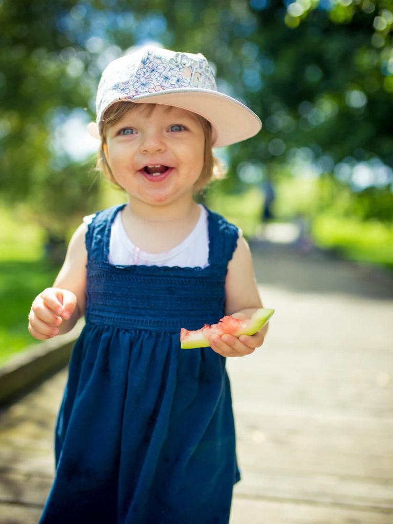 uśmiechnięta mała dziewczynka portfolio guzikfotografuje