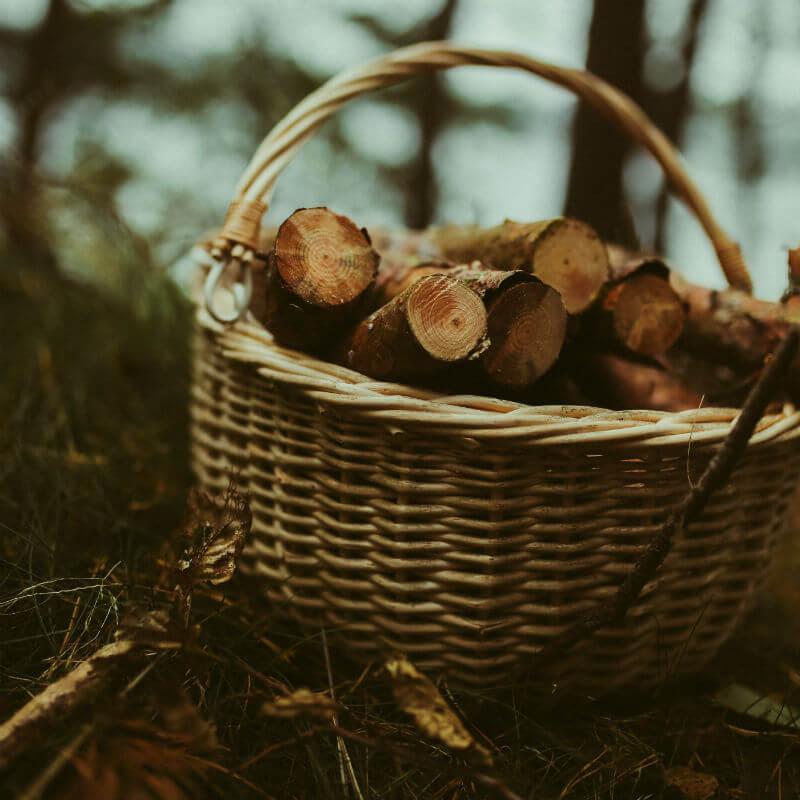 drewno w koszu wiklinowym guzikfotografuje