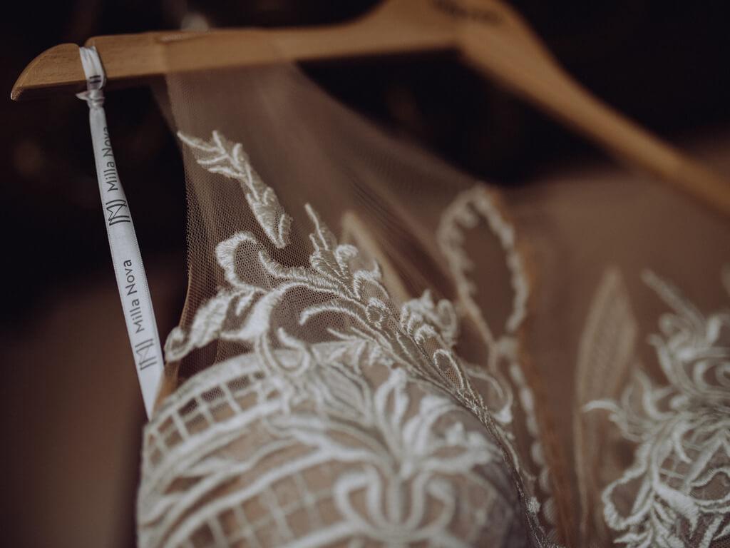 ujęcie góry sukni ślubnej guzikfotografuje
