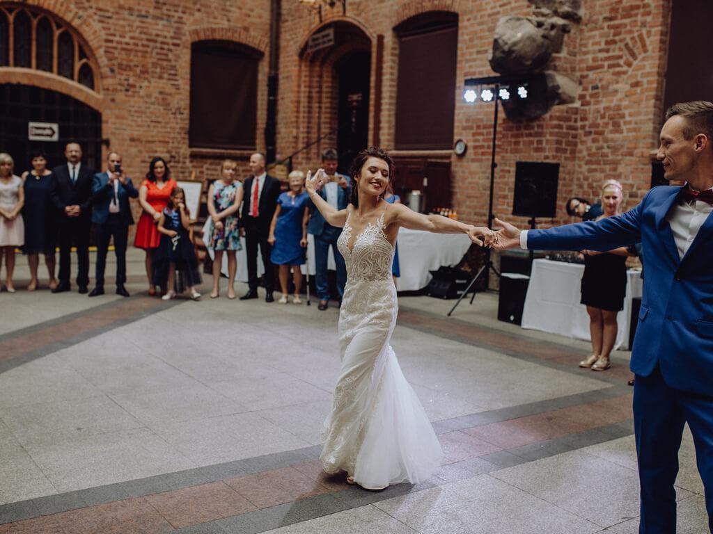 pierwszy taniec pary młodej guzikfotografuje