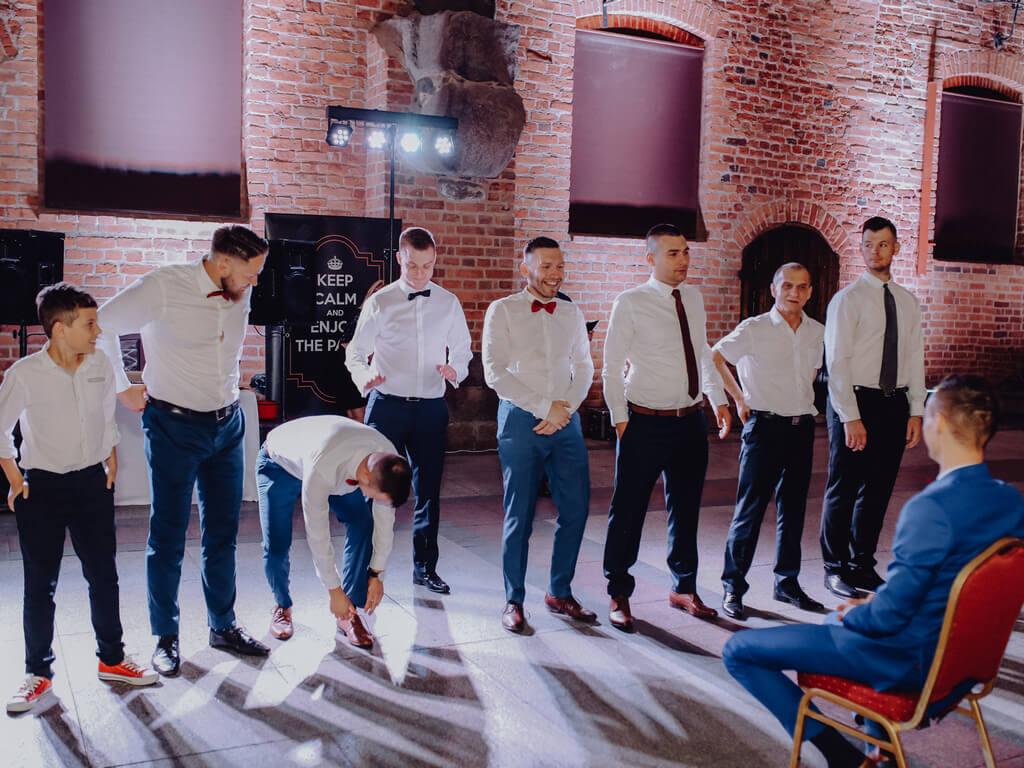 oczepiny panów na weselu guzikfotografuje