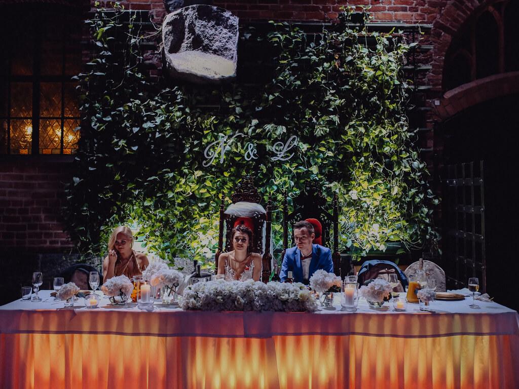 stół pary młodej na weselu zamek gniew guzikfotografuje